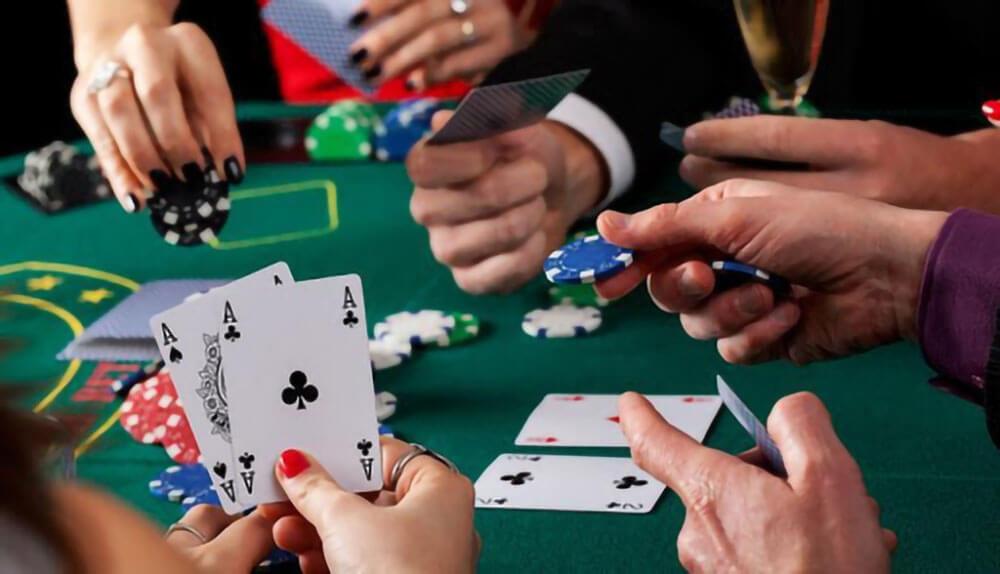 Mitos-Mitos Bermain Judi Poker Di Situs Casino Online